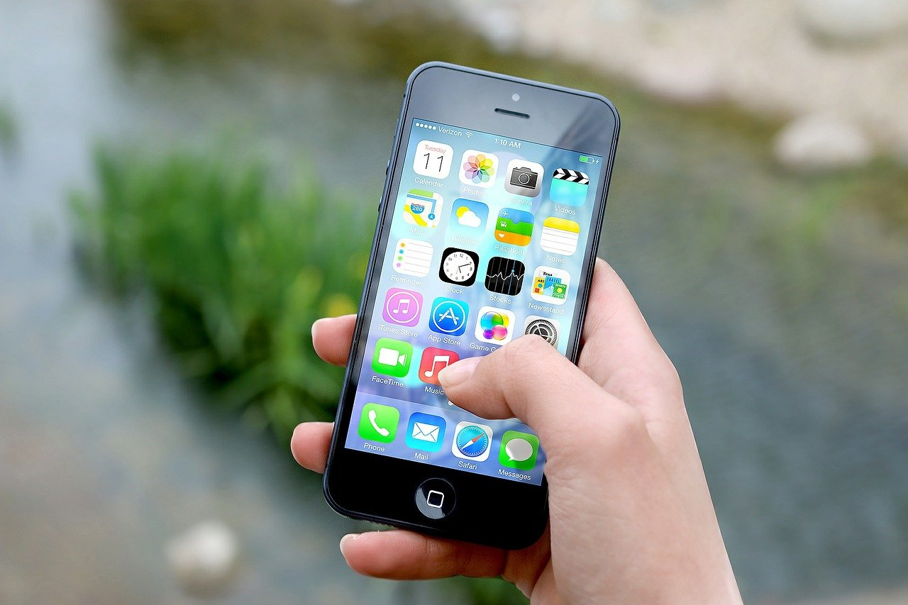 iphone, hand, screen-410311.jpg